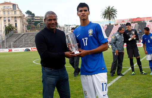 Danilo receives his young player award from Mazinho at the 2013 Toulon Tournament