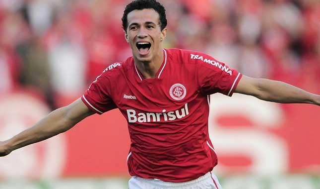Damião in action for Internacional