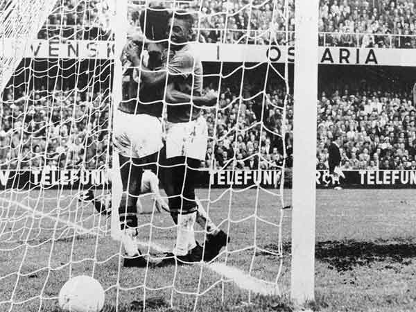 Vava and Pelé in the goals