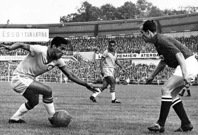 Garrincha beats his marker