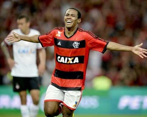 Elias celebrates his 88th minute goal for Flamengo